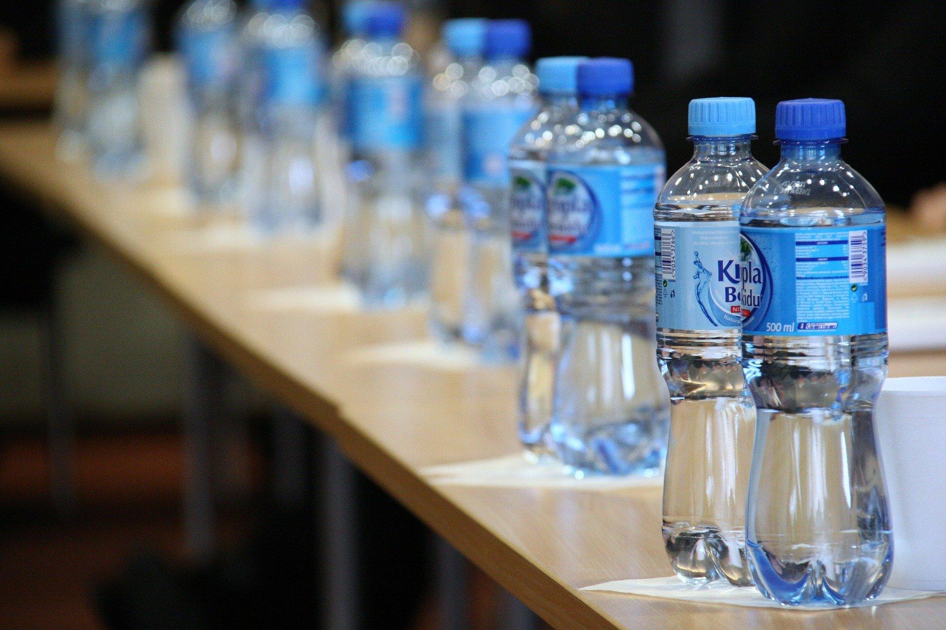 Wasserflaschen etikettieren